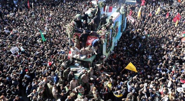 Soleimani, 35 morti nella calca ai funerali. L'Iran: «Tredici scenari per vendicarlo»