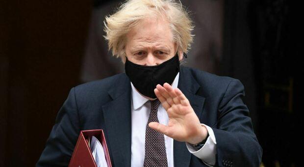 Boris Johnson: «Mi farò vaccinare con Astrazeneca, sono pronto»