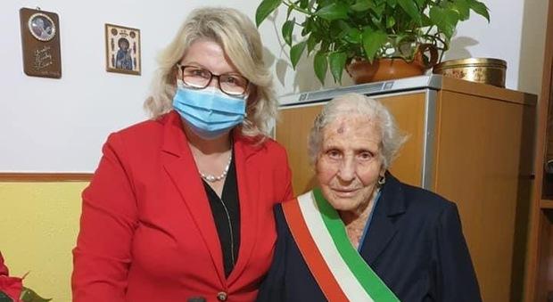 """Nancy Piccaro, sindaco di Roccagorga, con """"nonna Setta"""""""