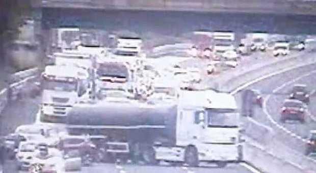 Ancona, inferno in autostrada in diretta ma il commando con i kalashnikov non c'è