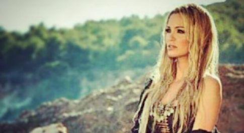 Sarah Harding morta di cancro a 39 anni. La madre della cantante: «Ha lottato sempre»