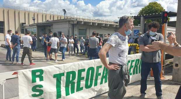Dipendenti Treofan al blocco della portineria della fabbrica