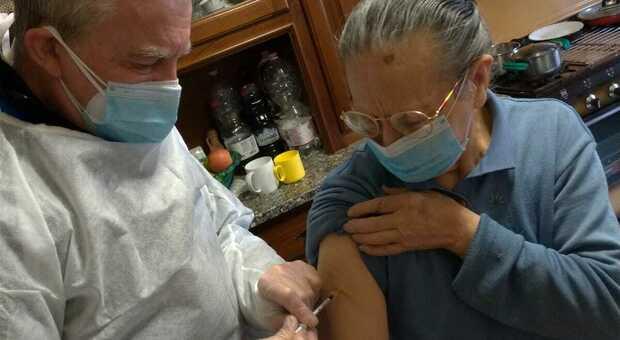 Fiore mentre vaccina una paziente fragile