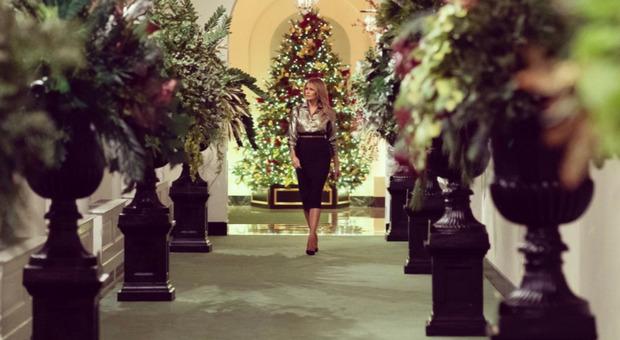 Melania Trump, gli addobbi di Natale sono funeree urne nere: l'ironia sui social