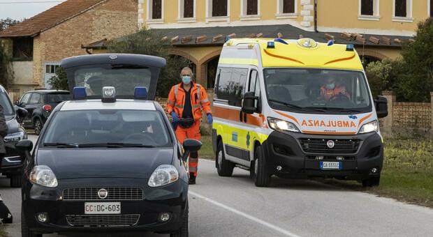Carabinieri e un'ambulanza