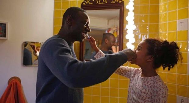 Stasera in tv, mercoledì 15 settembre su Canale 5 «Famiglia all'improvviso»: curiosità e trama del film con Omar Sy