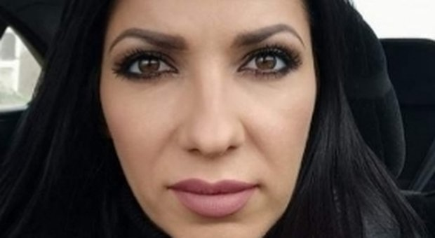 Roma, sulla Tiburtina spuntano fiori e dediche «per Sandra»: sparita all'improvviso, uccisa in Romania