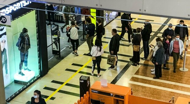 Centri commerciali, riaperture nei weekend saltano. Ira associazioni: «Siamo i più penalizzati»