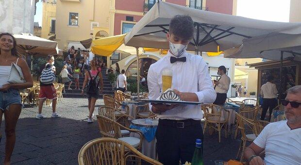 Virus, senza mascherine al chiuso: a Salerno prime 3 multe da mille euro dopo l'ordinanza De Luca