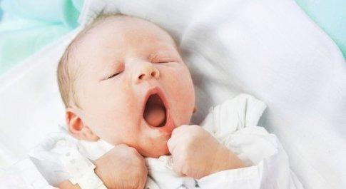 Coronavirus: Emma, nata ieri a Milano, l'abbraccio dei nonni in videochiamata