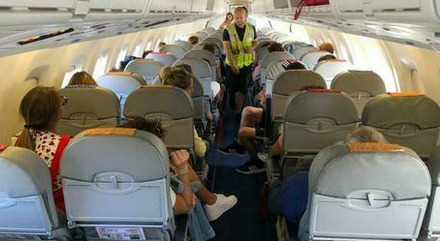 Stati Uniti, passeggeri si rifiutano di mettere la mascherina: l'aereo non decolla fino giorno successivo