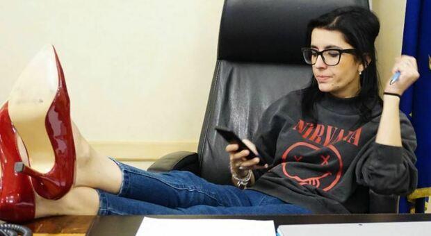8 marzo, tacchi sulla scrivania e Nirvana: la provocazione della ministra Fabiana Dadone per la parità di genere