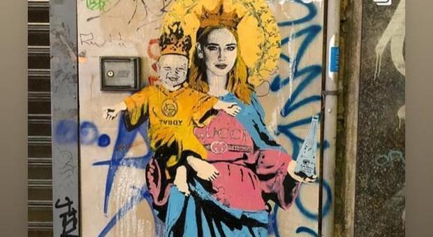Chiara Ferragni e Leone diventano Maria e Gesù in un murales a Milano
