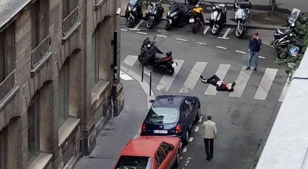 """Paura a Parigi, accoltella i passanti urlando """"Allah Akbar"""", poi ucciso: morta una donna, 4 feriti. L'Isis rivendica"""