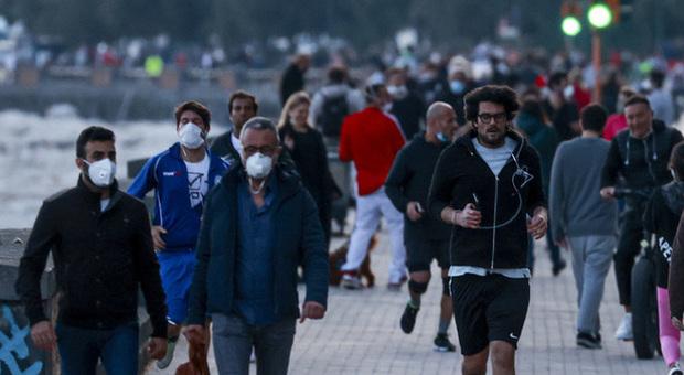 Coronavirus Napoli, folla sul lungomare. L ira di De Luca: «Stop o chiudo»
