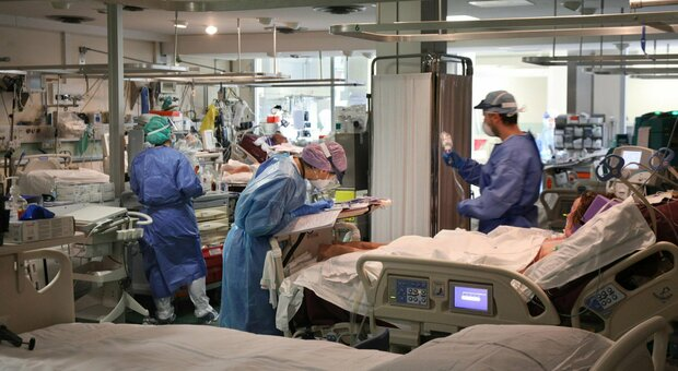 Covid, allerta terapie intensive: 10 regioni a rischio collasso. I posti in Abruzzo già saturi