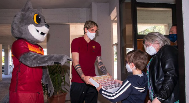 Roma, Zaniolo regala le uova di Pasqua ai piccoli tifosi giallorossi