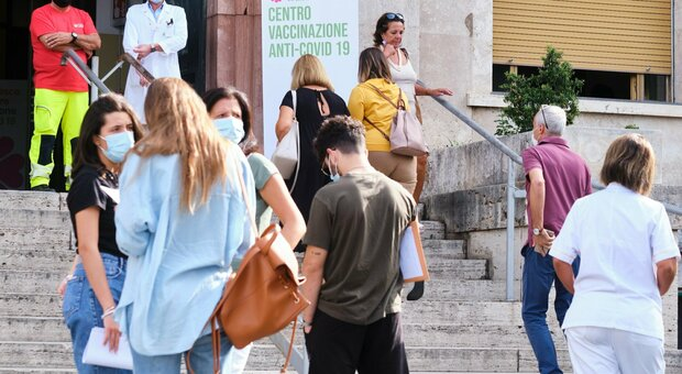 Oggi nel Lazio 243 nuovi casi (127 a Roma) e 6 morti. D'Amato: «C'è un effetto vaccini»