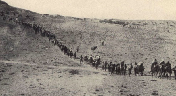 Le marce senza ritorno nei deserti anatolici degli armeni in una delle rarissime immagini