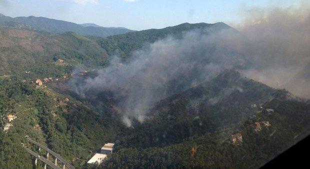 Genova, scoppia un maxi-incendio: distrutta una casa, danneggiati acquedotto e chiesa