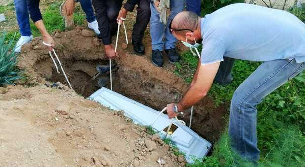 Migranti, addio al piccolo Ysuf, morto annegato davanti alla madre: la sepoltura nel cimitero di Lampedusa