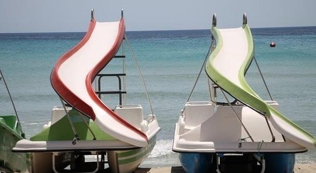 Tragedia in vacanza: turista 31enne cade in acqua da un pedalò e annega