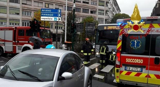 Scende dal bus e viene investita da un'auto: badante morta sul colpo a Pordenone