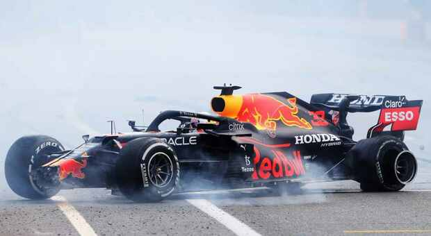 A Max Verstappen esplode un pneumatico d Baku