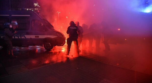 Dpcm, tensioni a Torino, Napoli e Milano: 2 fermati e un ferito. Proteste anche a Roma. Sale l'allerta del Viminale