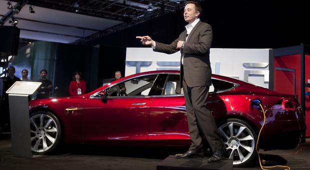 Elon Musk con la Tesla Mogel S