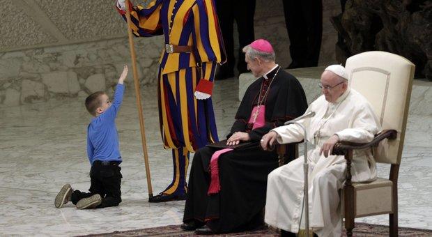 Bimbo interrompe l'udienza, Papa Francesco scherza: