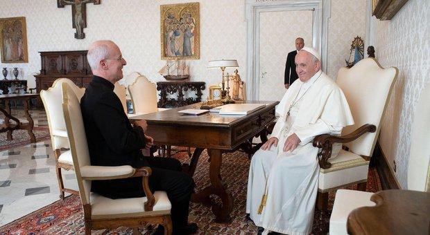 Papa Francesco riceve il gesuita americano di riferimento del popolo Lgbt e scoppia la polemica