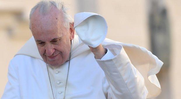 Papa Francesco caduto: «Inciampato mentre tornava a Santa Marta»