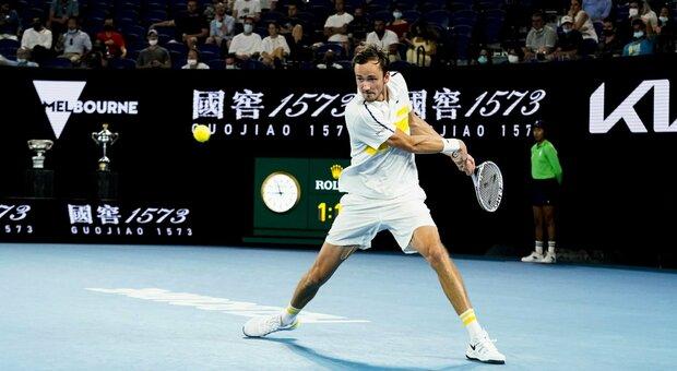 Medvedev in finale contro Djokovic: Tsitsipas ko in tre set