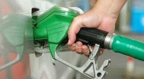 Il furbetto del cashback al distributore: paga cinque volte col bancomat per mettere 20 euro di benzina