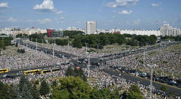 """Bielorussia, folla oceanica alla """"marcia per la libertà"""" contro Lukashenko"""