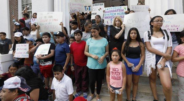 Migranti, Trump vuole la detenzione dei bambini illimitata. «Stop al tetto di 20 giorni»