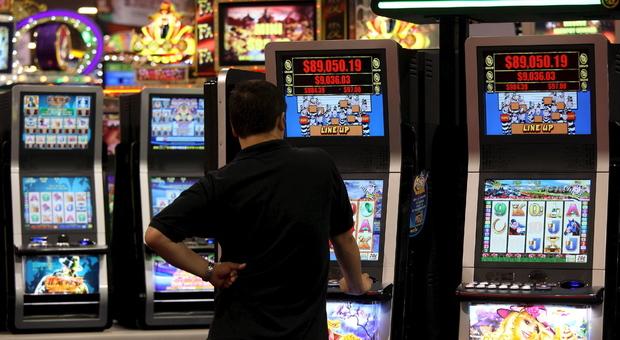 """Gioco d'azzardo, i """"problematici"""" preferiscono le slot, si indebitano e giocano lontano da casa"""