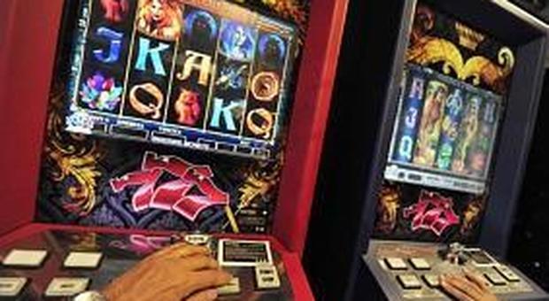 Madre di sei figli, incinta, passava le giornate a giocare alle slot machine