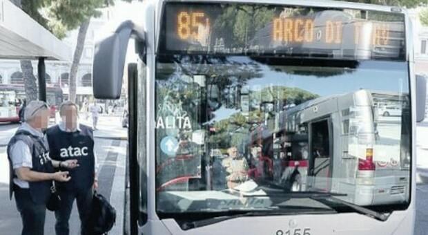 Roma, boom di evasori sugli autobus: «Devono tornare i controllori»