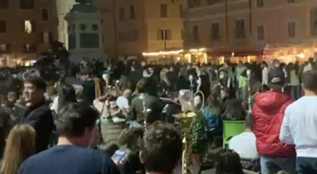 Covid a Roma, risse e zero distanziamenti: inferno a Campo de' Fiori
