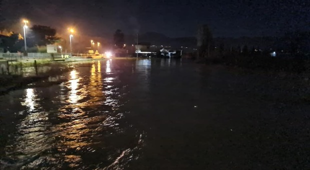 Piana allagata: ulteriori criticità nella notte, famiglie evacuate, ora si spera nel calo del rilascio di acqua dalla diga