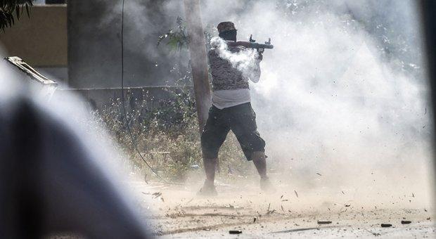 Libia, bombe su Tripoli nella notte: almeno 11 morti e 30 feriti. Serraj: Haftar usa aerei stranieri