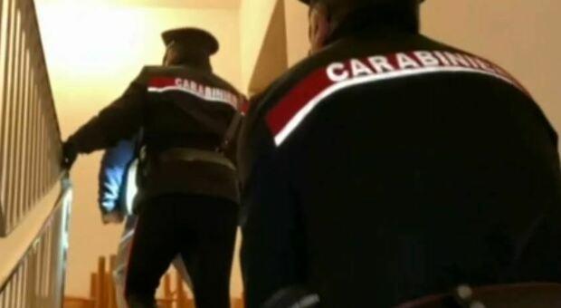 «Dobbiamo fare accertamenti per il Covid». Finte infermiere tentano di derubare una 82enne: una scappa, l'altra arrestata