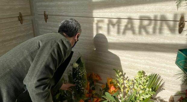 Andrea Orlando sulla tomba di Franco Marini: «Un fiore per chi è stato mio predecessore»