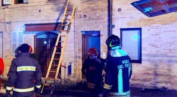 Fermo, bimba di 6 anni muore nell'incendio scoppiato in casa: arrestata la madre, salvò solo l'altra figlia
