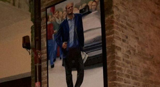 L'immagine posta a ricordo di Paolo Vinti lungo via Cartolari, in centro storico a Perugia