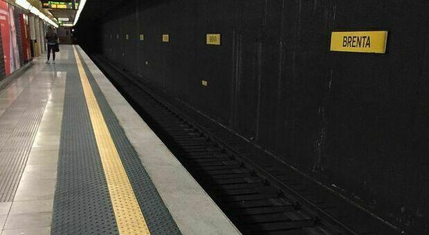Milano, muore investito dal treno mentre cammina nella galleria della metro