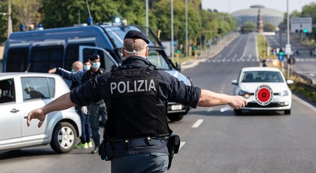 Saronno, non si fermano all'alt della polizia ma sbagliano la fuga e tornano davanti al posto di blocco: denunciati