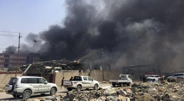 Baghdad, Isis fa esplodere 2 autobomba in un centro commerciale: decine di morti